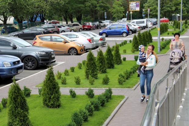 Во дворах домов «Укрбуда» появляются новые зеленые зоны и этнические уголки